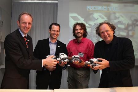 Dr. Reich, Mag. Hilzensauer, Mag. Prötsch und Dr. Winding präsentieren die neuen Roboter