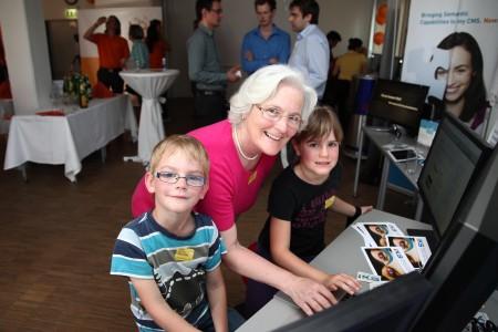 Die Lange Nacht der Forschung begeisterte Jung und Alt: Rosa Greisberger begeistert mit Enkel Christoph und Enkelin Johanna bei der angewandten Forschungsgesellschaft Salzburg Research.