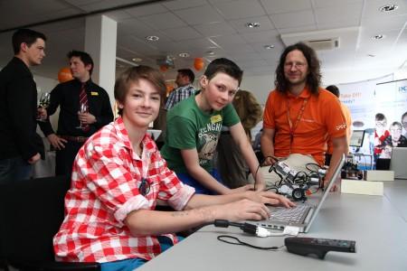 Die Jungforscher und Technikbegeisterten Paul Stuppäck und Lorenz Hittmair beim Programmieren der Lego Mindstorms (im Bild mit Werner Moser (Salzburg Research)