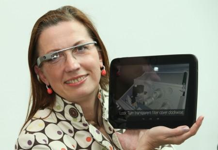 Irene Schulte von der Industriellenvereinigung Salzburg mit dem Google Glass.