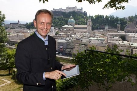 Geschäftsführer Siegfried Reich testet neue Technologien zur innovativen Kulturvermittlung. © Salzburg Research/Wild & Team
