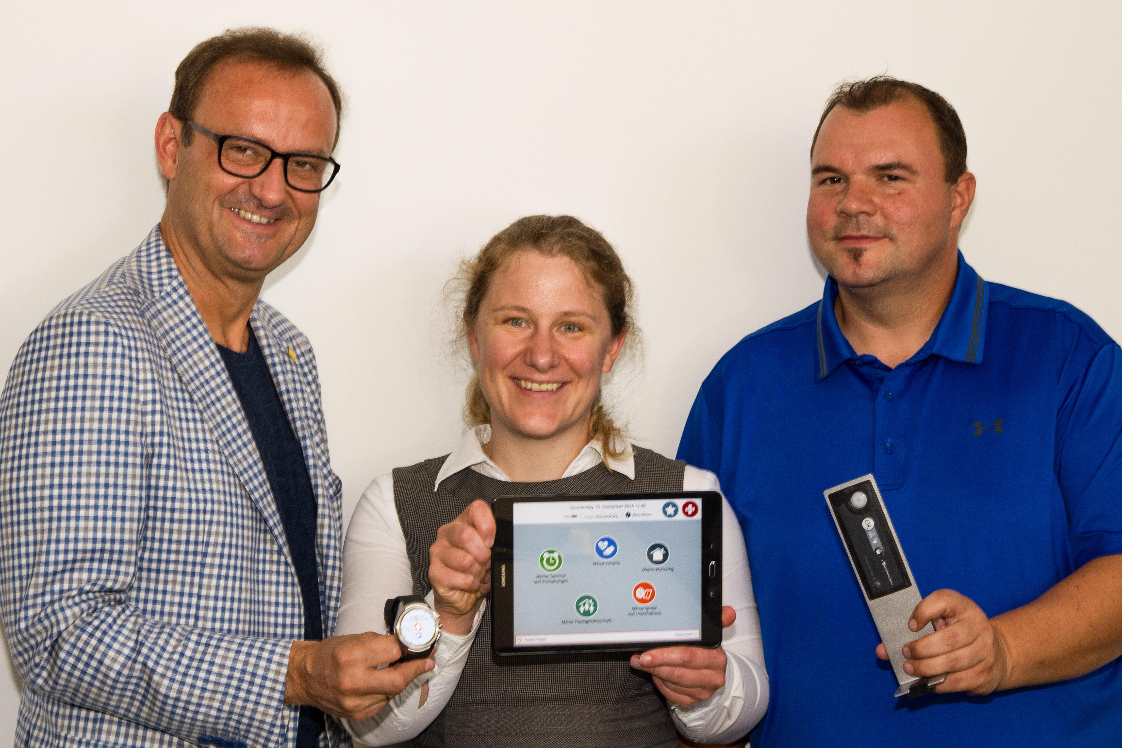 Hermann Hagleitner (Hilfswerk Salzburg), Cornelia Schneider (Salzburg Research), Bernhard Kaiser (Salzburg Wohnbau) mit einzelnen Komponenten des ZentrAAL-Systems