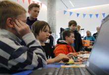 1. Mini Maker Faire Salzburg: Der Nachwuchs hochkonzentriert am Computer.