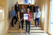 """Verleihung des ersten Platzes an Michael Tschaller und Matej Maryska, die """"Urlaub im HOLZ"""" entwickelt haben durch Rudolf Rosenstatter"""
